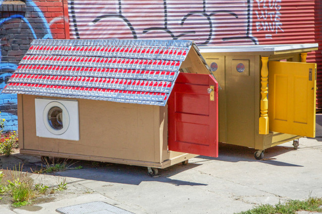 gregory-kloehn-turns-trash-into-vibrant-houses-for-the-homeless-designboom-11-650x431