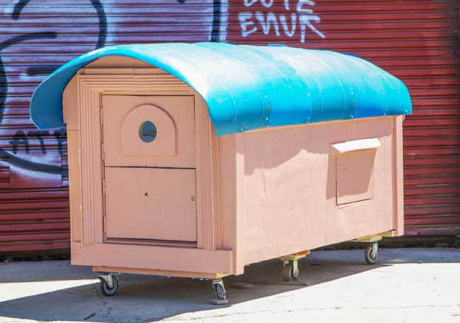 gregory-kloehn-turns-trash-into-vibrant-houses-for-the-homeless-designboom-23-650x457