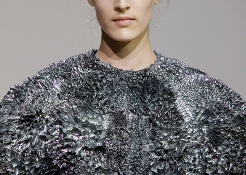 dezeen_Magnetic-grown-dresses-by-Iris-van-Herpen-and-Jolan-van-der-Wiel_ss